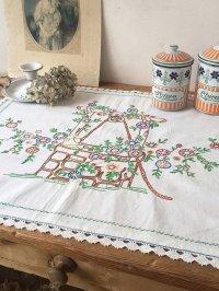 フランス 刺繍がかわいいテーブルクロス