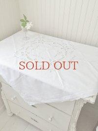お花の刺繍が繊細で 上品なテーブルクロス